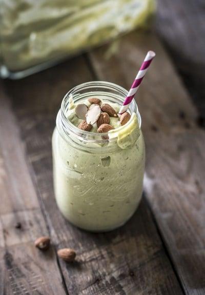 Groene smoothie met amandelen