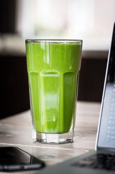 Lunchen met een groene smoothie