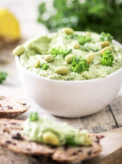 Hummus van avocado en bonen