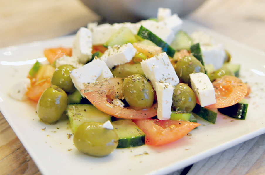 Griekse salade met feta en olijven