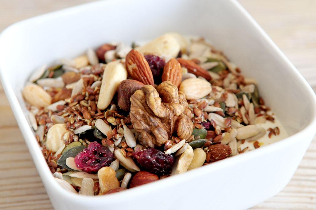 Ontbijt met yoghurt, noten en zaden