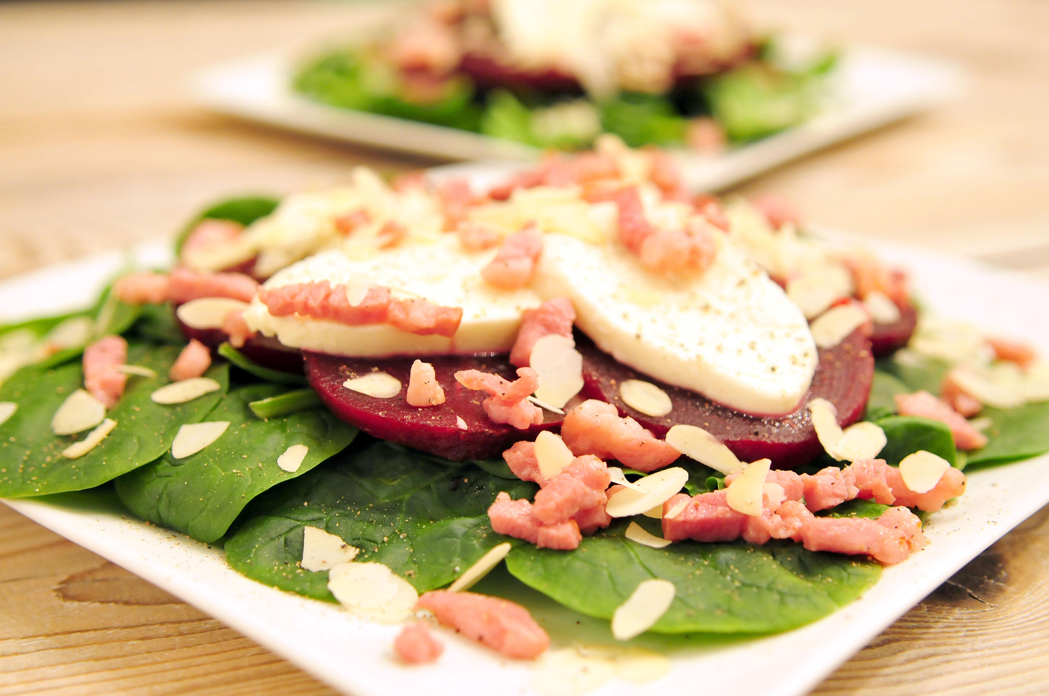 Bietensalade met spinazie, mozzarella en amandelen