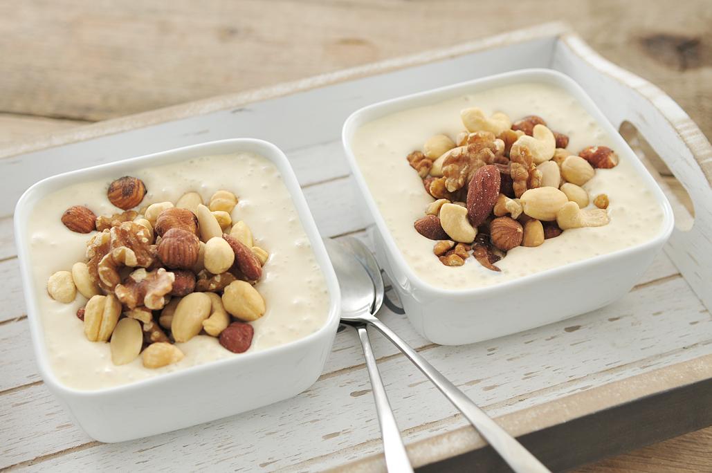 Ontbijt van bananenyoghurt met noten