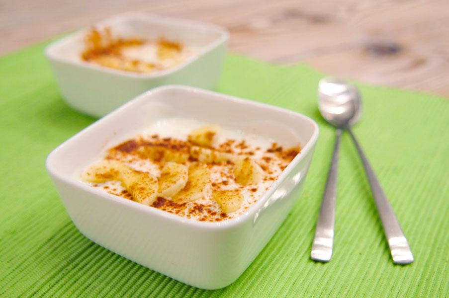 bananen yoghurt met rozijnen en kaneel
