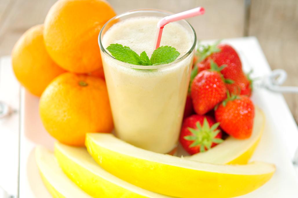 smoothie van karnemelk en vers fruit