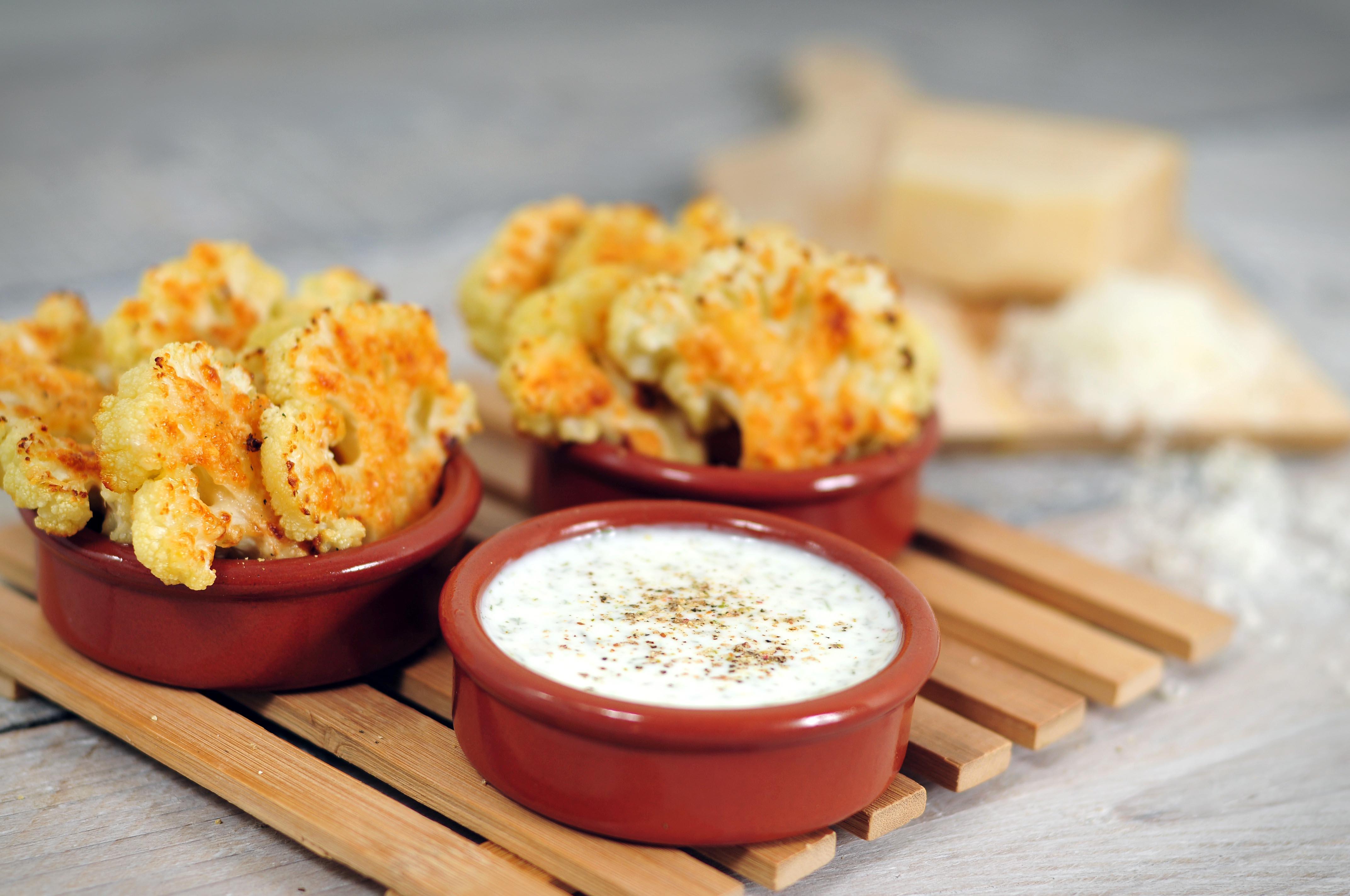 Gegrilde bloemkoolroosjes met parmezaanse kaas en yoghurt dip