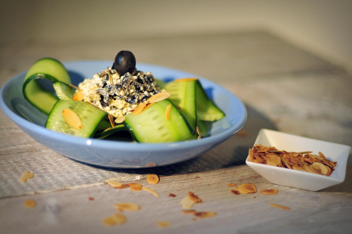 Komkommersalade met feta en zwarte olijven