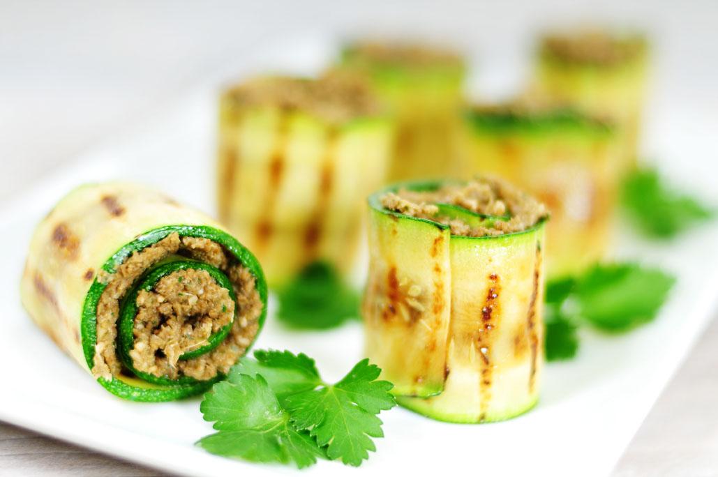 Courgetterolletjes gevuld met groentegehakt