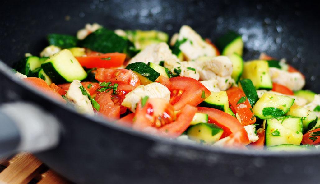Kip wokken met courgette tomaat en gember