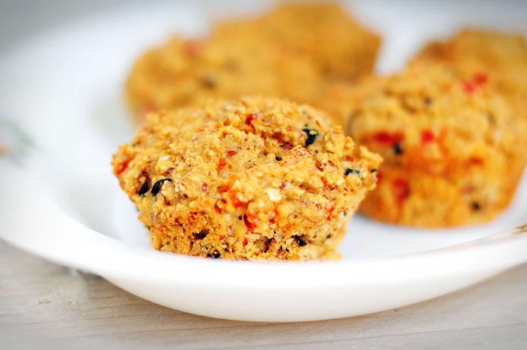 Hartige muffins met paprika en olijven