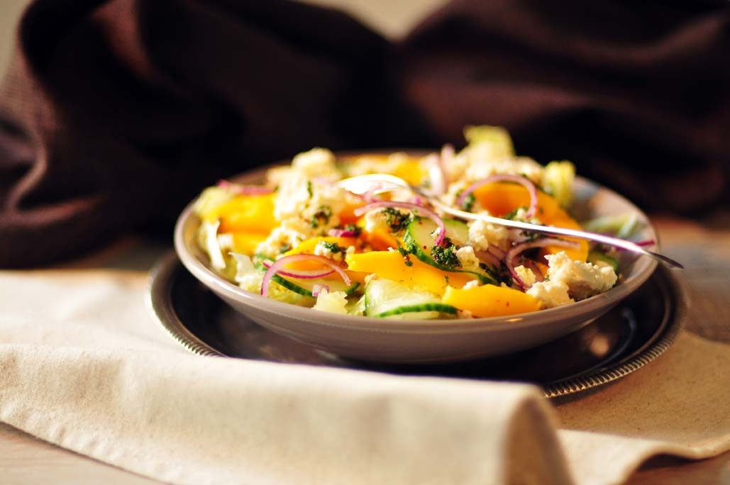 pittige mangosalade met feta en rode ui