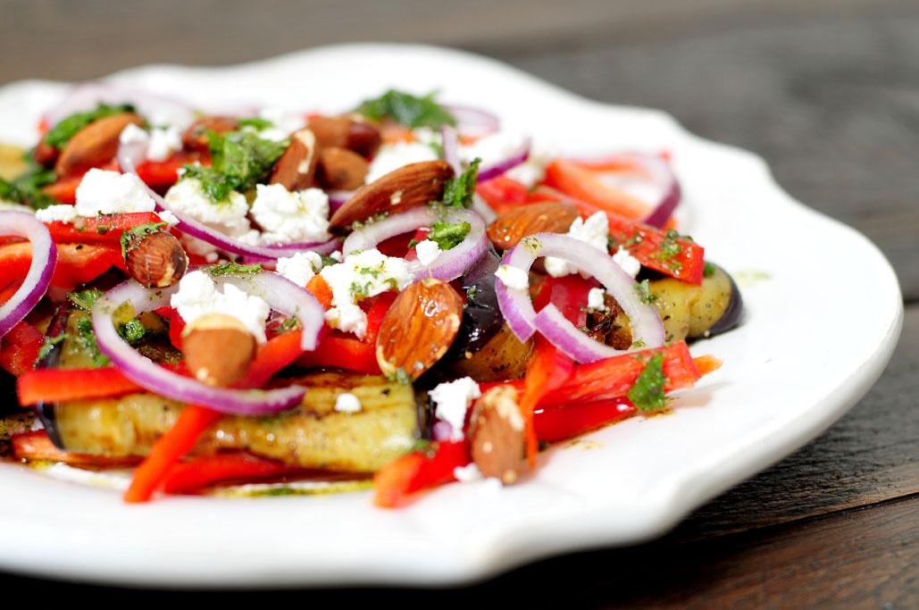 Gegrilde aubergine salade met puntpaprika en amandelen