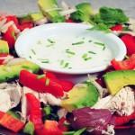 Maaltijdsalade met gekookte kip en avocado