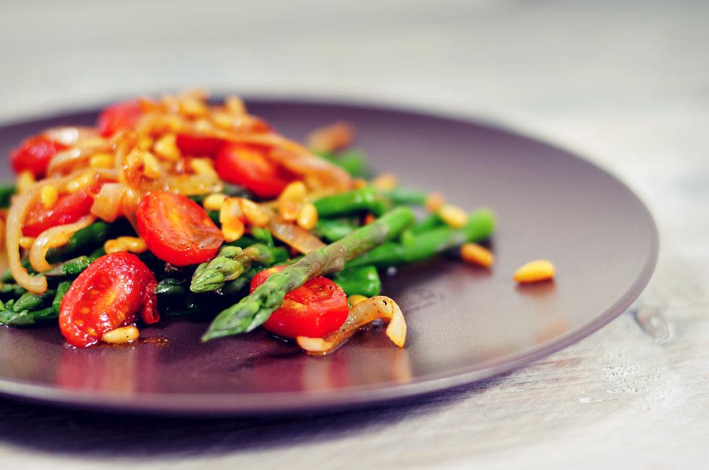 Groene asperges met pijnboompitten en rode ui