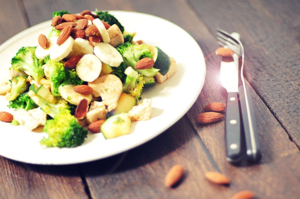 Kip met groente, banaan en amandelen