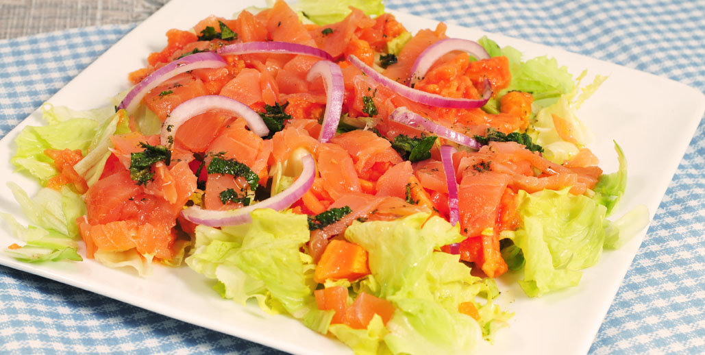 Roze salade met zalm en papaya