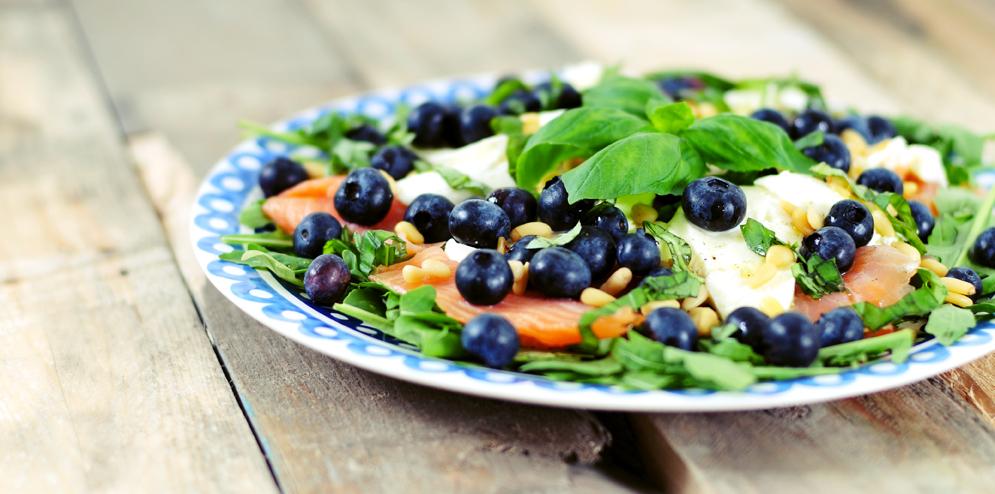 Salade van gerookte zalm en bosbessen
