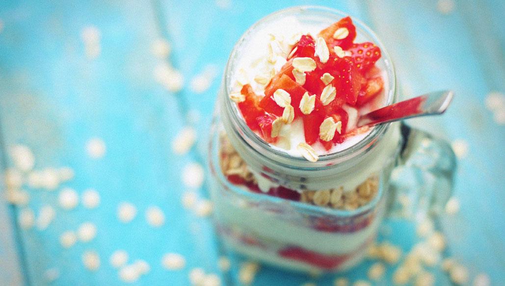 Greek style yoghurt met haver en aardbeien