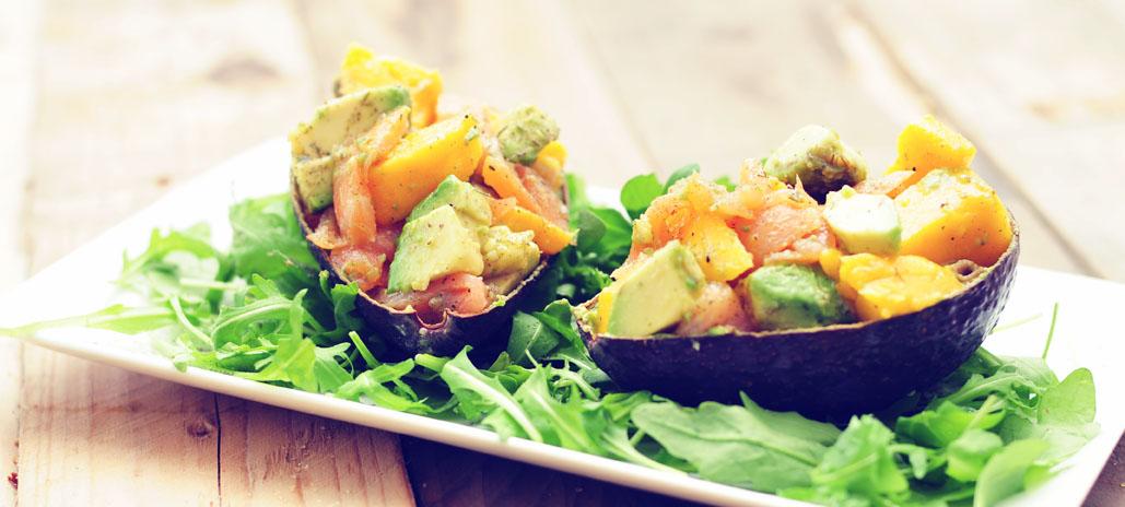 avocadosalade met gerookte zalm en mango