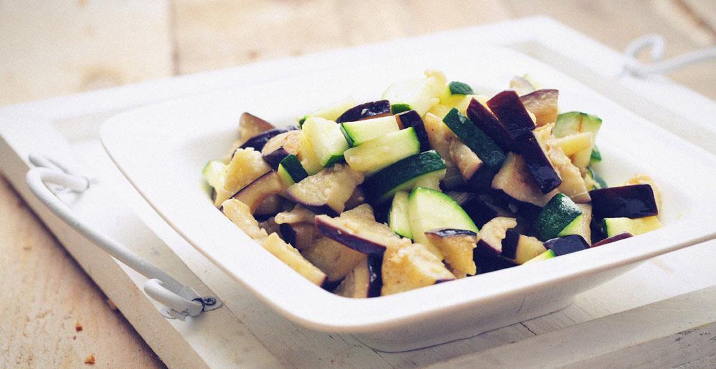 Snelle wokschotel van verse groente