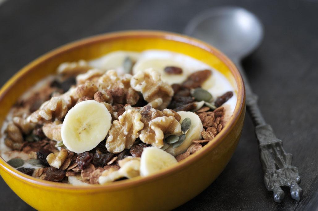 Gezond ontbijt met walnoten cacao en banaan