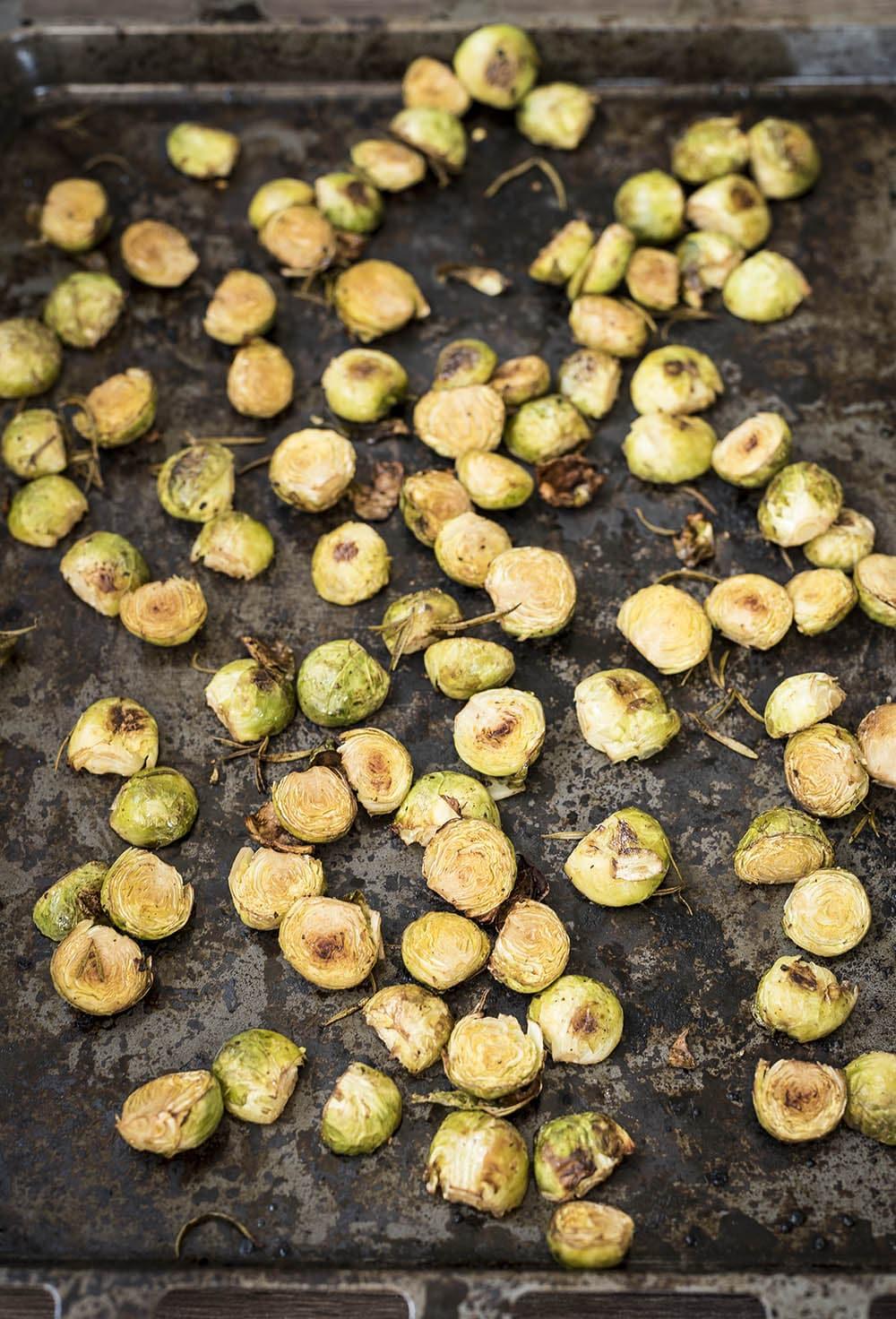 Geroosterde spruitjes met rozemarijn