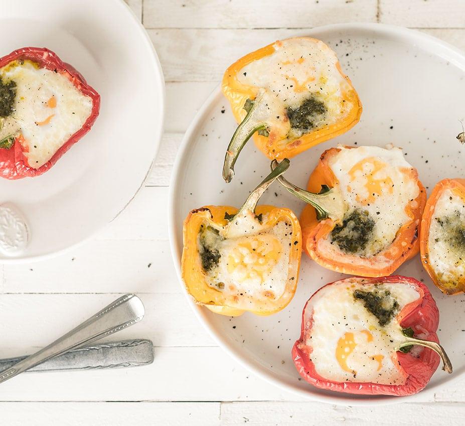 Paprika's gevuld met ei en pesto