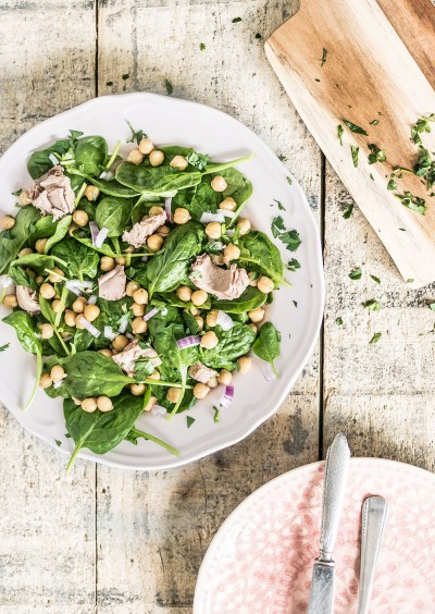 salade van kikkererwten en tonijn