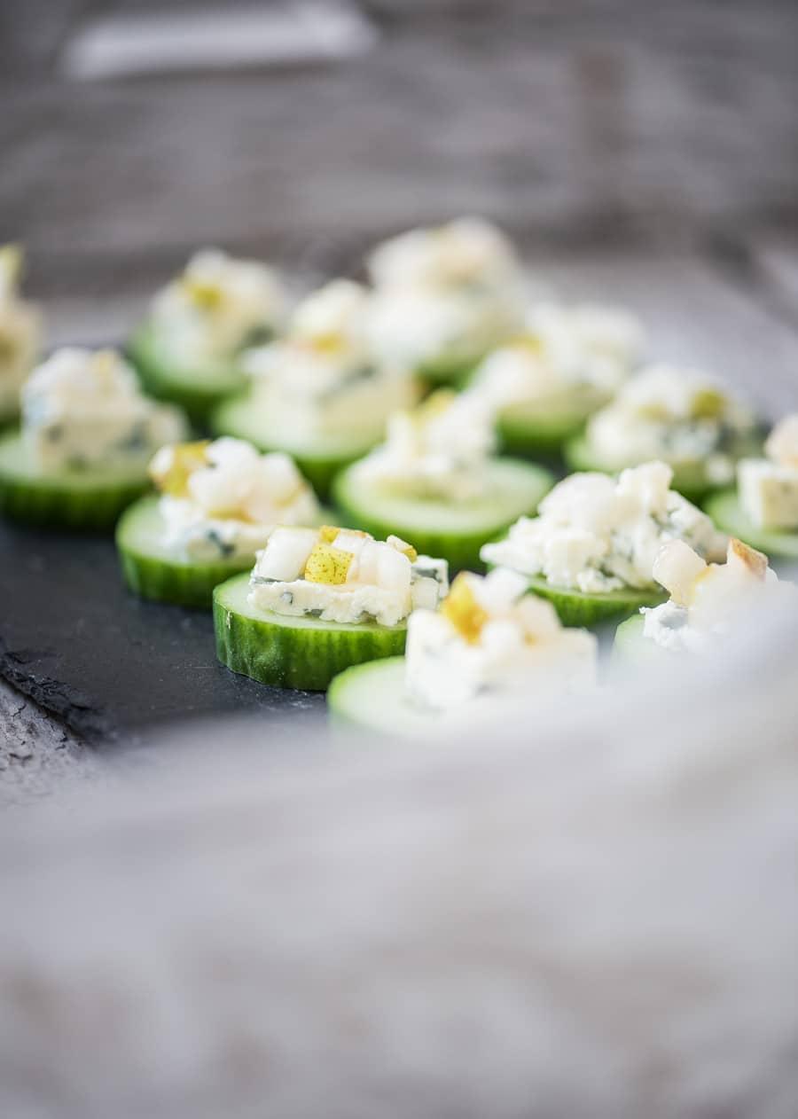 komkommer toastjes met blauwe kaas en zoete peer