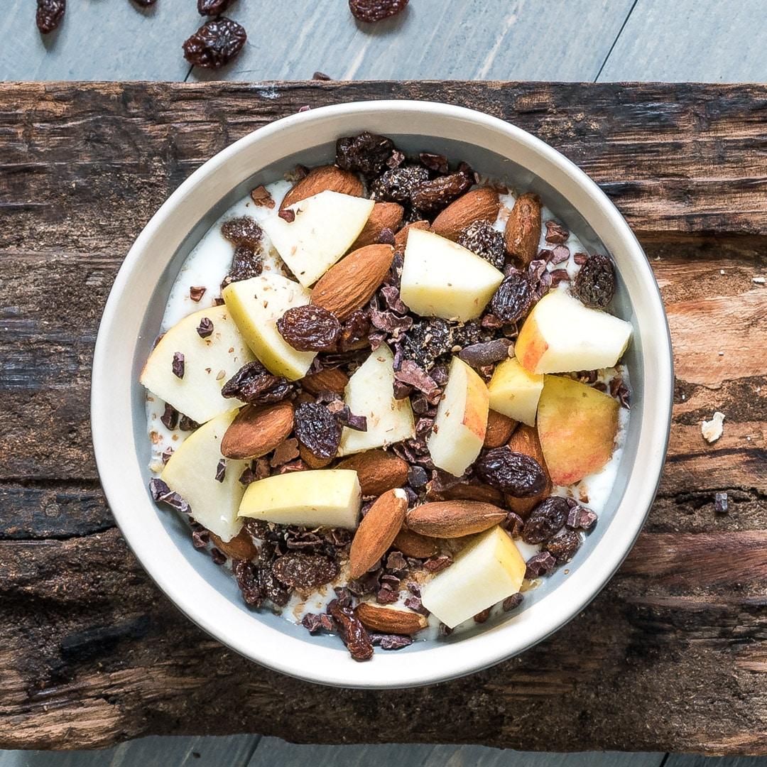 Yoghurt met appel, amandelen, rozijnen en cacoanibs