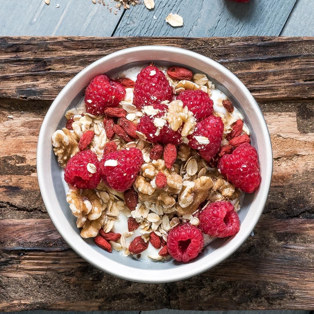 Yoghurt met rood fruit, havervlokken, walnoten en gojibessen