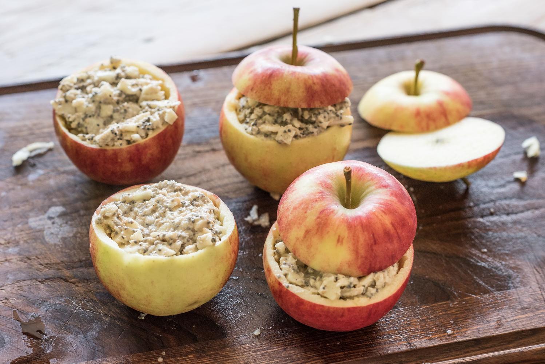 Afbeelding van appels gevuld met havermout voordat ze in de oven gaan