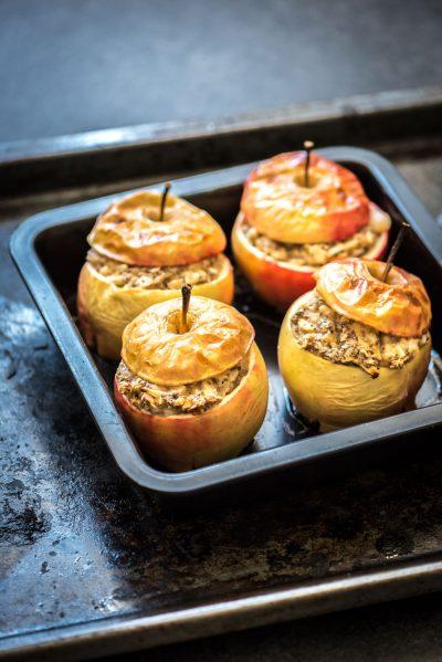 Afbeelding van het gevulde appels uit de oven recept op een bakplaat