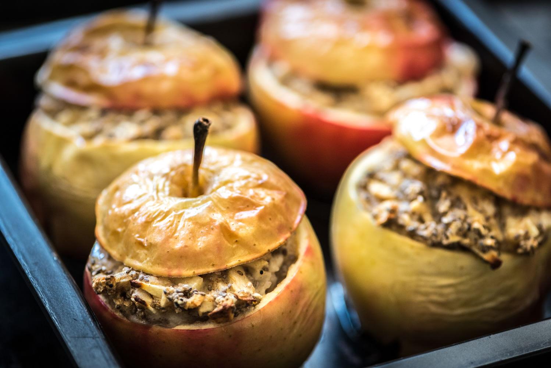 Detailfoto van het gevulde appels uit de oven recept op een bakplaat