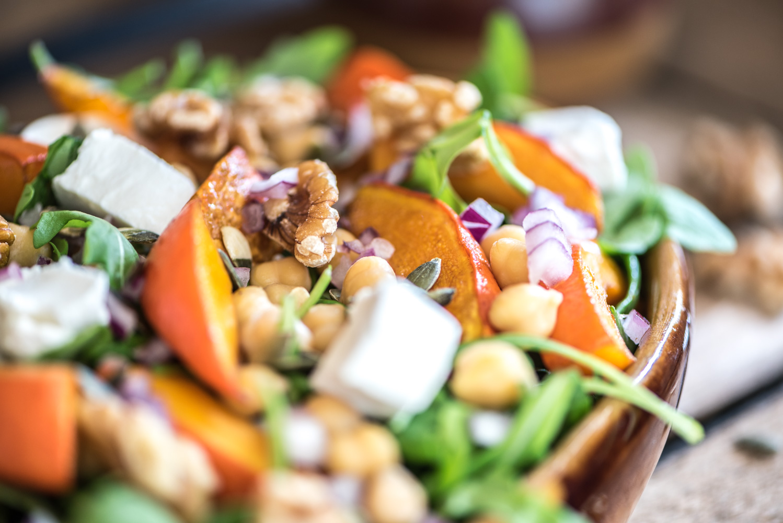Close-up foto van de pompoen salade waarop je de ingrediënten goed kunt zien