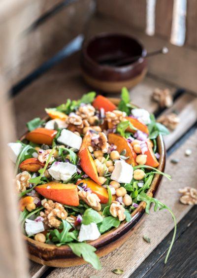 Hoofdfoto van de pompoen salade met een los schaaltje met dressing
