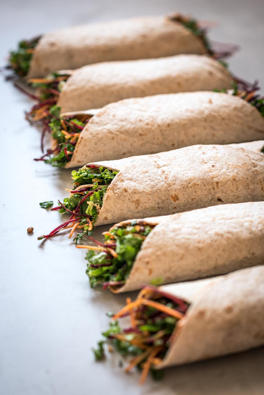Lunch wraps gevuld met groente en lekkere dressing