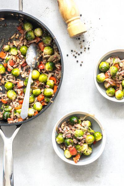 Pan met twee schaaltjes gevuld met spruiten recept