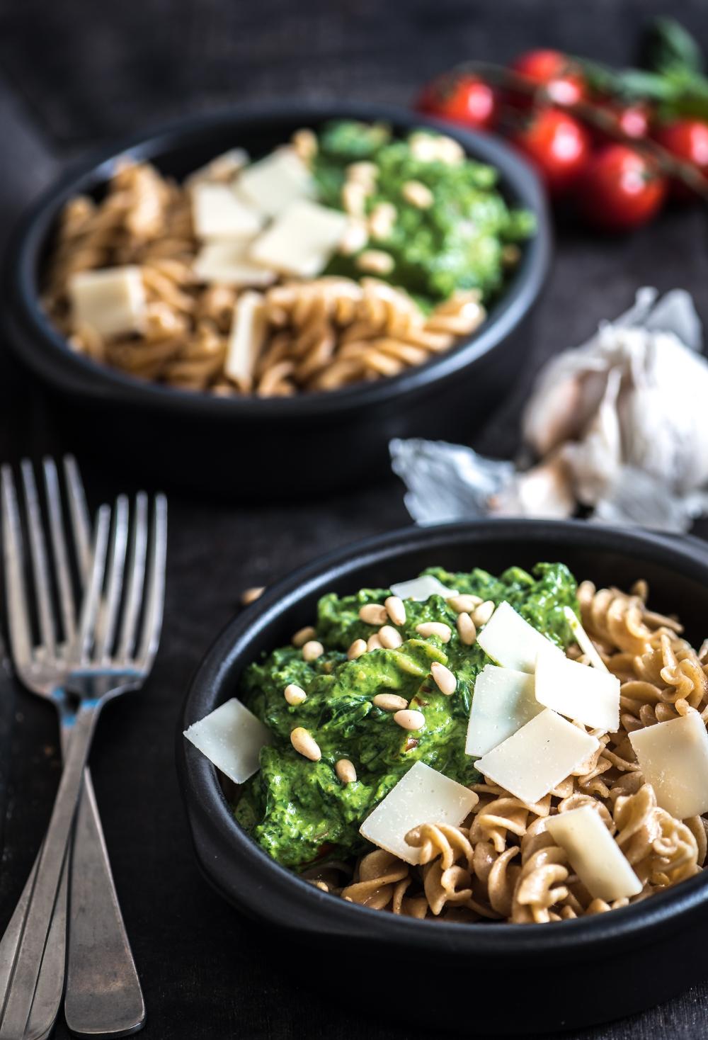 Vegetarische spinazie pasta met een saus van mascarpone en avocado