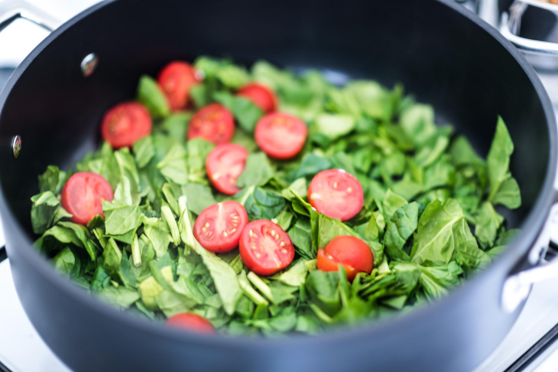 Bereiding van de spinazie pasta het laten slinken van de spinazie