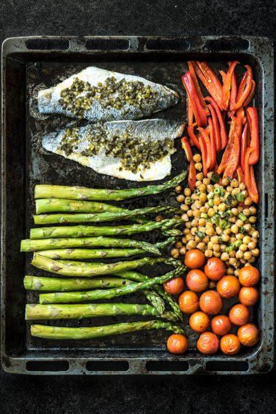 zeebaars uit de oven met asperges en kikkererwten