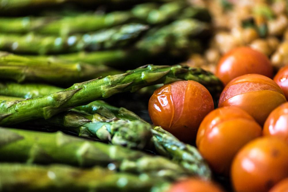 gegrilde asperges en tomaatjes