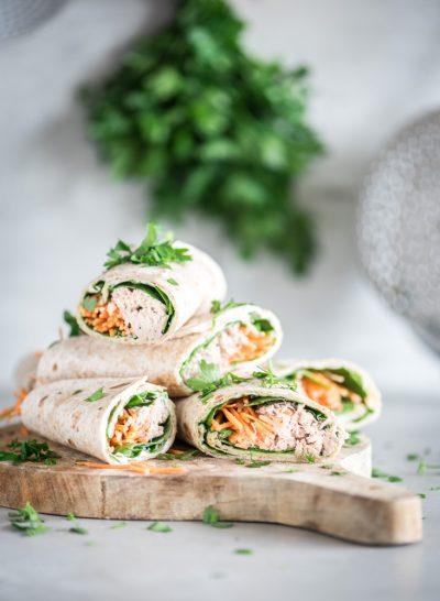 wraps met tonijn doormidden gesneden