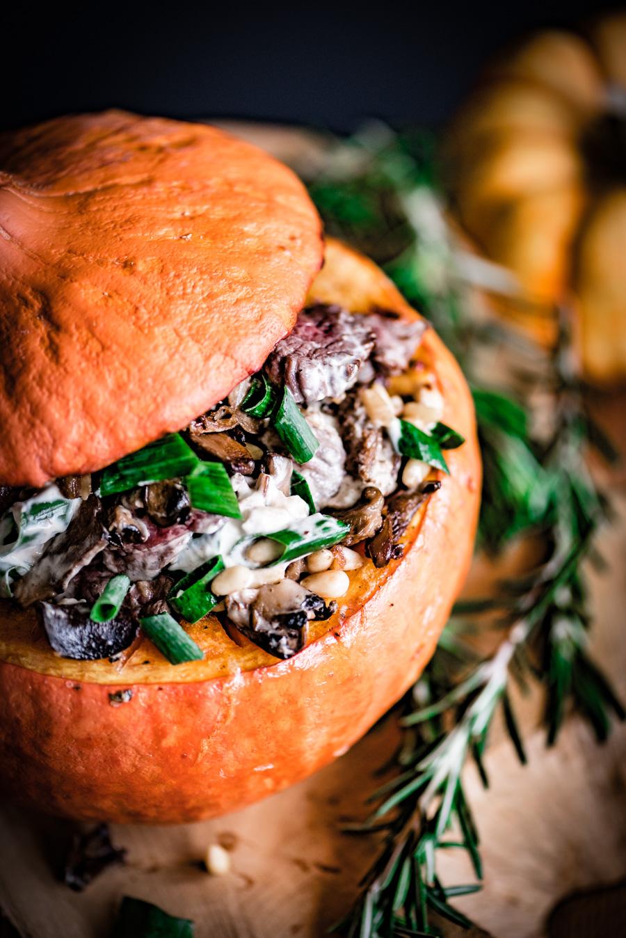 Gevulde pompoen met bospaddestoelen en biefstukreepjes