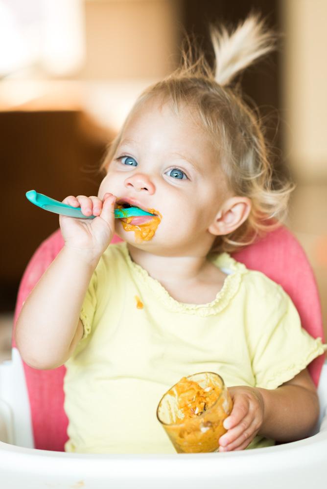 Ella eet dessert van pompoen en banaan