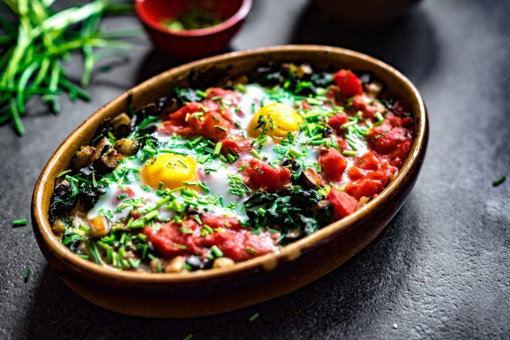 ei uit de oven met spinazie, aubergine en tomaat