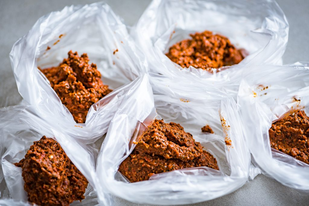 Foto van currypasta in zakjes om te bewaren in de vriezer