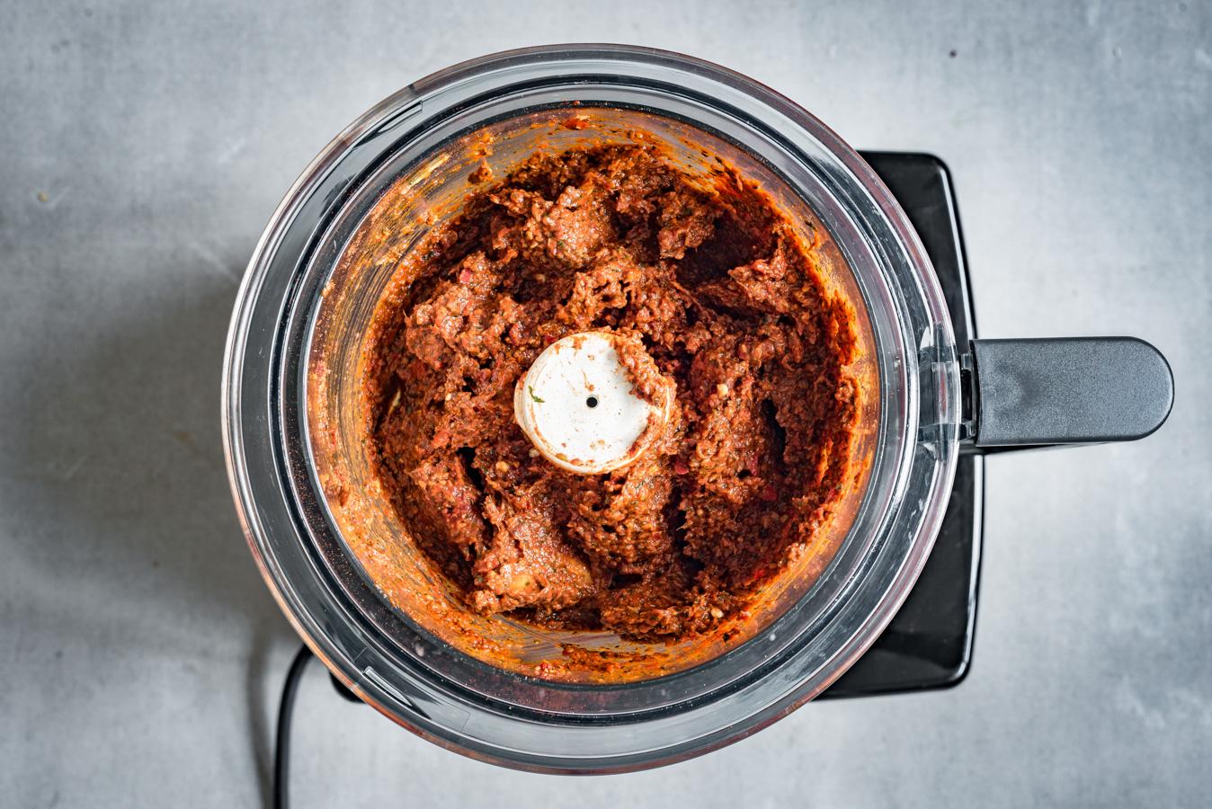 Eindresultaat van de vermalen ingrediënten voor de currypasta in de keukenmachine.