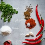 Afbeelding van alle kruiden en specerijen die nodig zijn om de tikka masala currypasta te maken