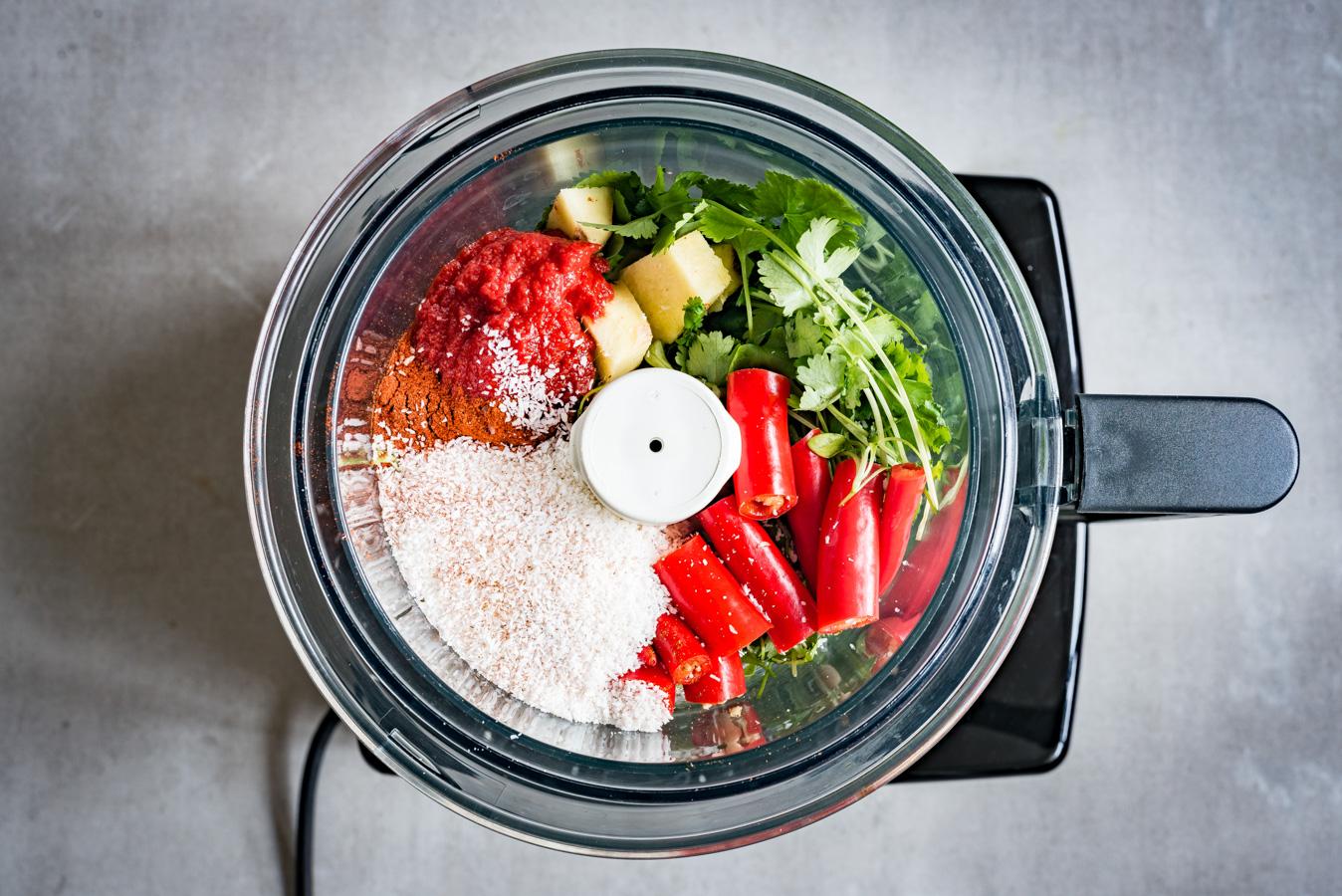 Afbeelding van alle ingrediënten voor tikka masala die in de keukenmachine zitten